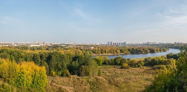 Vista panoramica di mosca dalla collina verde di kolomenskoye.