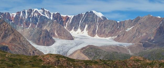 Vista panoramica dei ghiacciai di montagna e dei picchi rocciosi