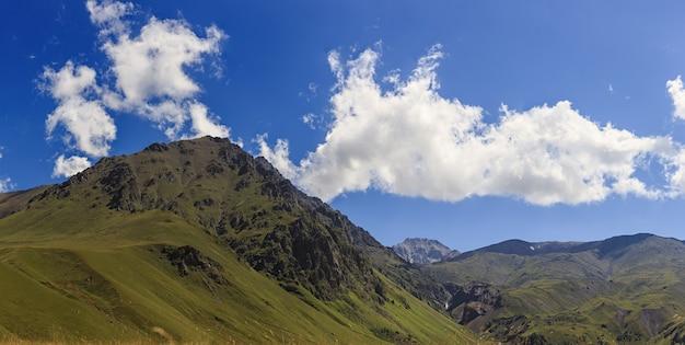Vista panoramica della catena montuosa del caucaso settentrionale in russia.