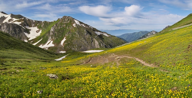 Vista panoramica della valle di montagna il giorno di primavera