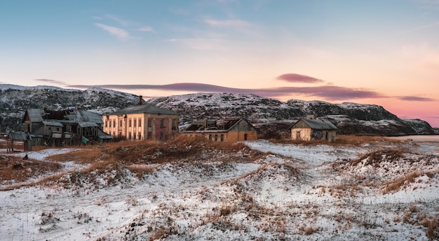 Vista panoramica della vecchia casa contro il cielo artico. vecchio villaggio autentico di teriberka. penisola di kola. russia.