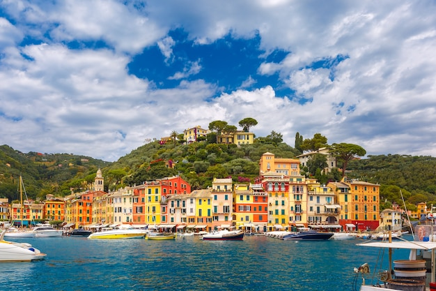 Vista panoramica del pittoresco porto del villaggio di pescatori di portofino sulla riviera italiana, liguria, italia.