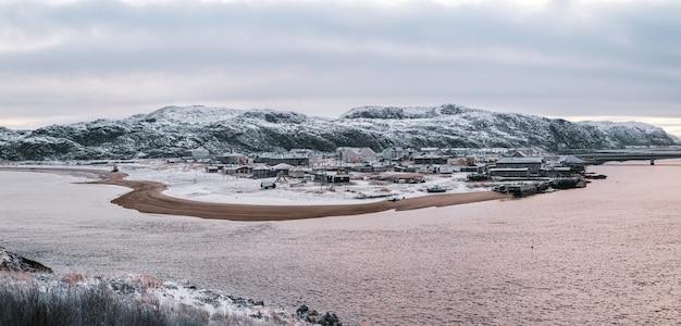 Vista panoramica della giornata polare in inverno teriberka. penisola di kola. russia.