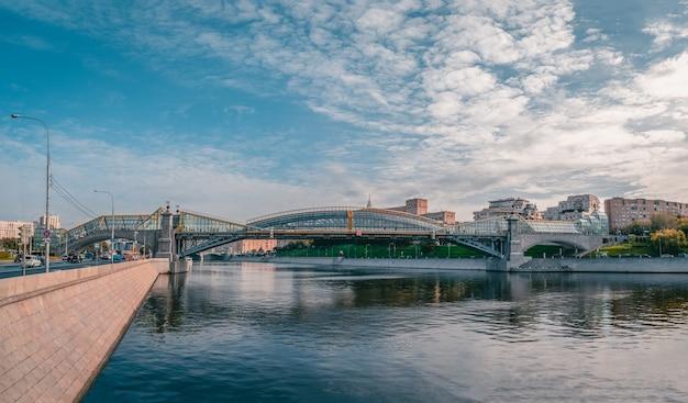 Vista panoramica del ponte di pushkin (andreevsky) a mosca.