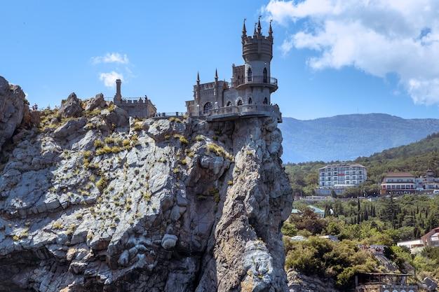 Vista panoramica della costa rocciosa della crimea e il simbolo del castello di crimea swallows nest