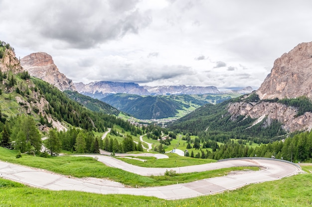 Vista panoramica della strada panoramica che attraversa il passo tra val gardena e val badia che porta al paese alpino di colfosco