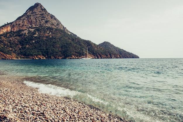 Vista panoramica sulla costa del mare vicino a antalya, turchia Foto Premium