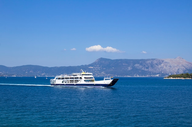 Vista panoramica sul mare e yacht nella giornata di sole. corfù. grecia.