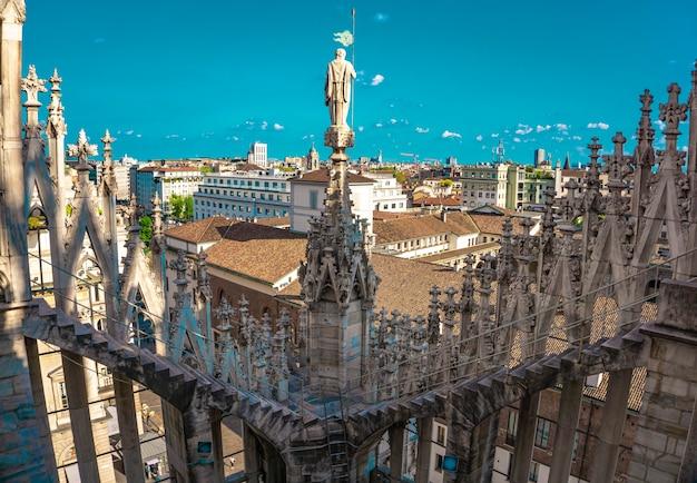Vista panoramica dello skyline della città visto dalle terrazze del duomo di milano in italia
