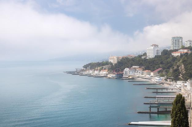Vista panoramica della cittadina di gaspra vicino a yalta la fitta nebbia è sul mare e sulle montagne