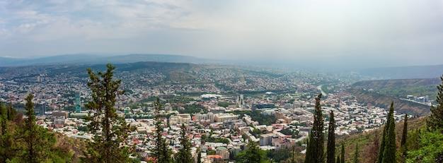 Vista panoramica di tbilisi con sameba, trinity church e altri punti di riferimento. paesaggio urbano