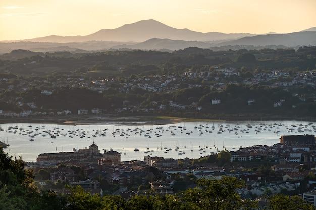 Vista panoramica della città e della baia nel paese basco di irun sulla destinazione di viaggio famosa del paesaggio estivo di primo mattino