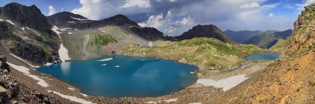 Vista panoramica di una valle con due laghi nelle montagne del caucaso