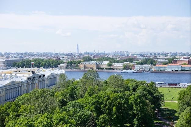 Vista panoramica dell'isola vasilievsky e del fiume neva a san pietroburgo, russia