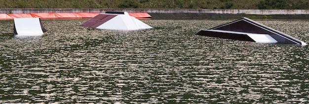 Vista panoramica del wake park con attrezzatura per acrobazie in acqua