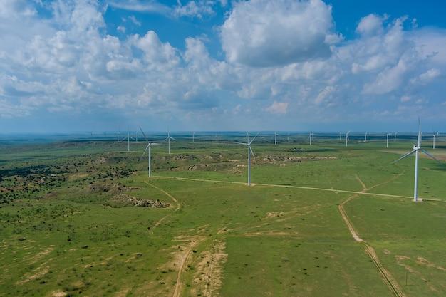 Parco eolico di vista panoramica con turbina a pale in un campo nel texas occidentale