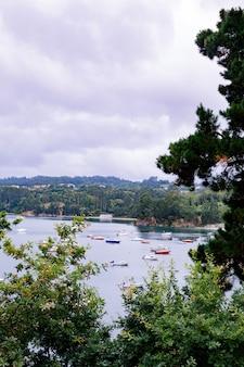Vista panoramica con barche di marinai vicino a un piccolo villaggio nel nord della spagna