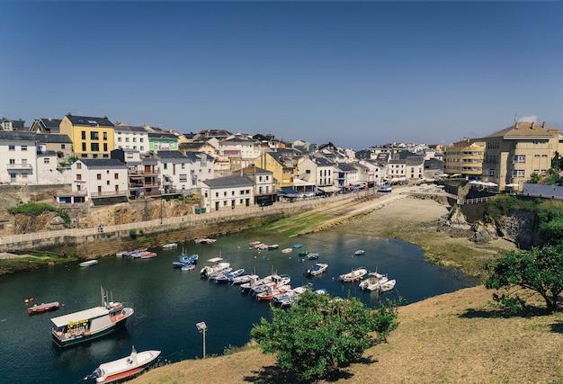 Vista di panormaic di tapia del porto nautico di casariego, asturia, spagna