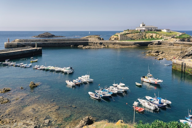 Vista panoramica di tapia di casariego porto nautico, asturias, spagna
