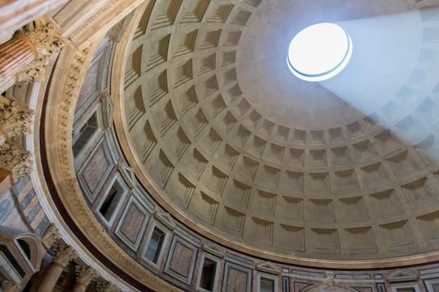 Pantheon a roma, italia al 16 luglio 2013. il pantheon fu costruito come tempio per tutti gli dei dell'antica roma e ricostruito dall'imperatore adriano circa 126 d.c.