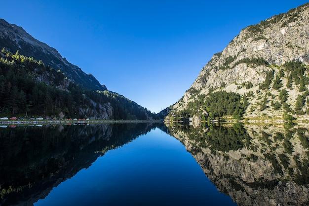 Lago balneabile panticosa nei pirenei aragonesi