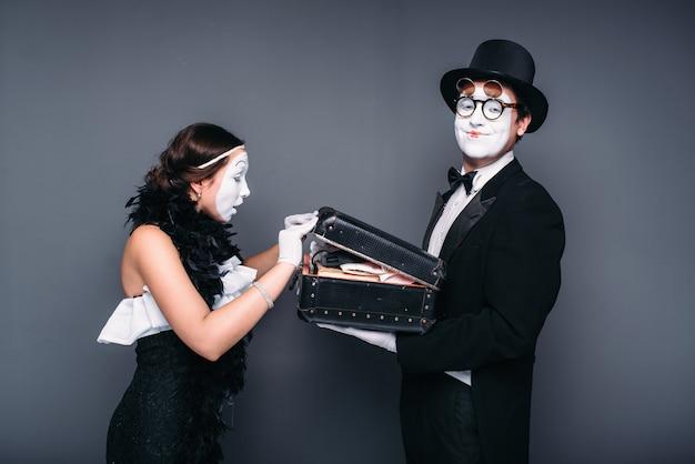 La commedia degli attori della pantomima che si esibisce con la custodia. interpreti di mimo con borsa
