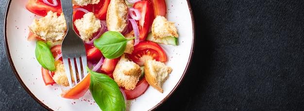 Panzanella insalata di pomodori crostini vegetariani olio d'oliva fette biscottate verdura cibo sano