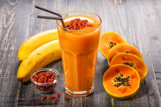 Frullato di papaia e banana in un bicchiere