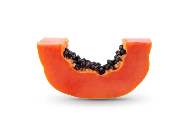 Papaya, tagliata a pezzi isolati su sfondo bianco