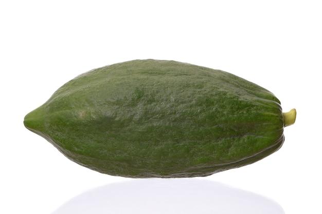 Papaya frutto isolato su sfondo bianco, ingrediente insalata di papaya verde piccante o somtum cibo famoso in thailandia