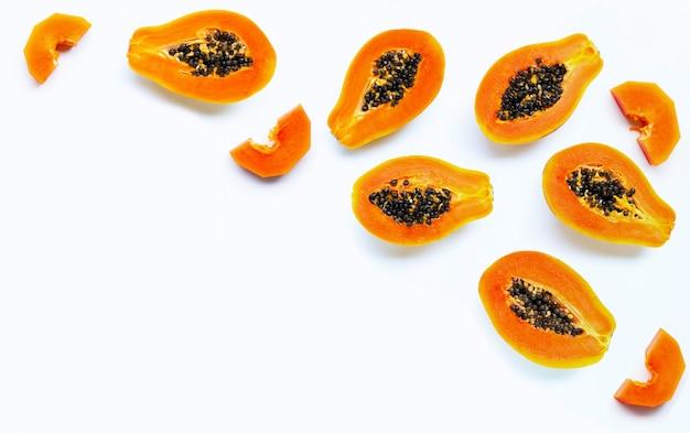 Frutta della papaia su priorità bassa bianca.