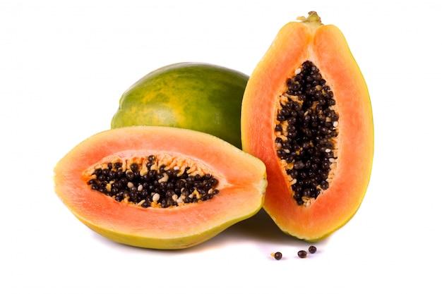 Frutta papaia su bianco