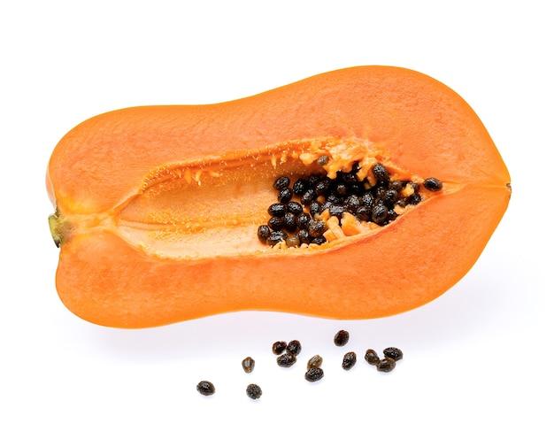 Papaia isolato su sfondo bianco