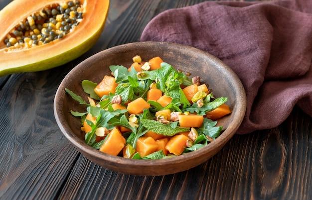 Insalata di papaya con menta, pistacchi e rucola