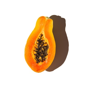 Fetta di papaia isolato su sfondo bianco. vista dall'alto.