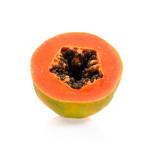 Fette di papaya isolate su sfondo bianco