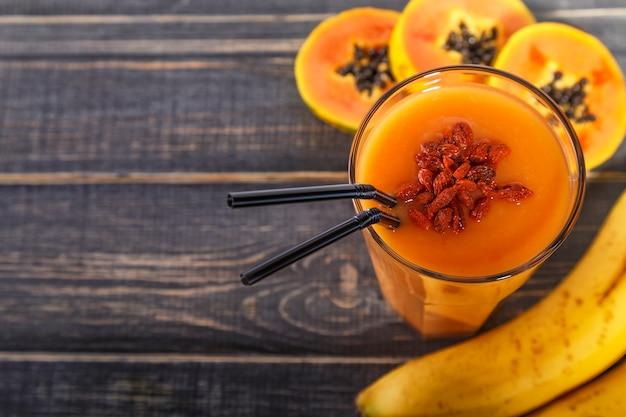 Frullato di papaia detox, cibo dietetico, cibo vegetariano, concetto di mangiare sano.