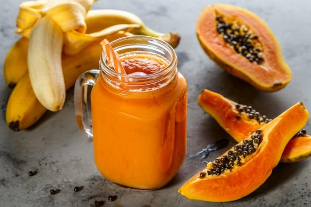 Frullato di papaia in barattolo con fette di papaia