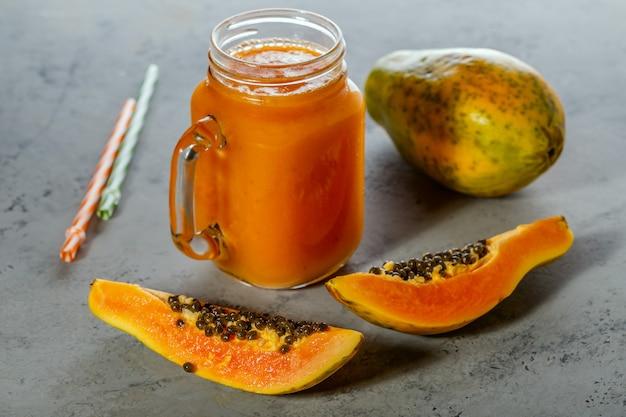 Frullato di papaia e fette di papaia
