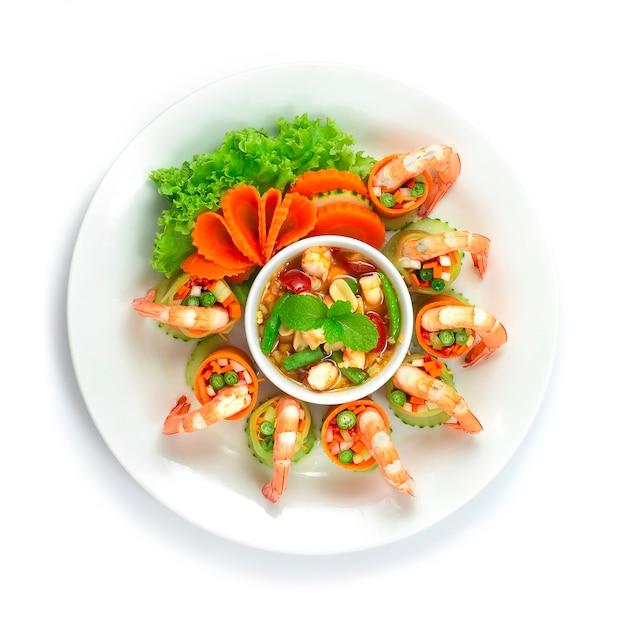 Involtini di insalata piccanti alla papaya con salsa piccante servita in stile thai food fusion di gamberetti