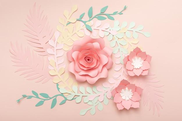 Sfondo rosa di arte di carta con fiori e foglie tropicali. cartolina d'auguri floreale di moda.