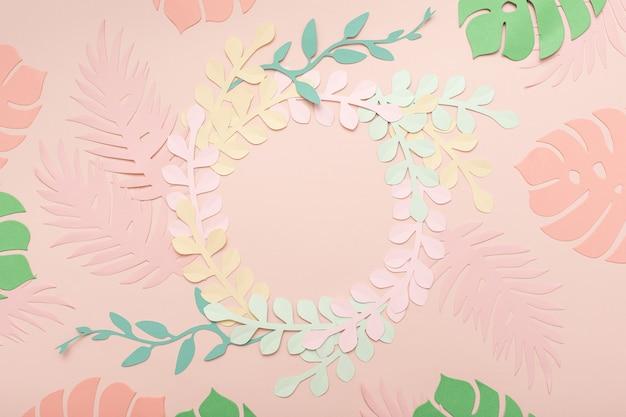 Sfondo vintage rosa di arte di carta con fiori e foglie tropicali. cartolina d'auguri floreale alla moda alla moda.