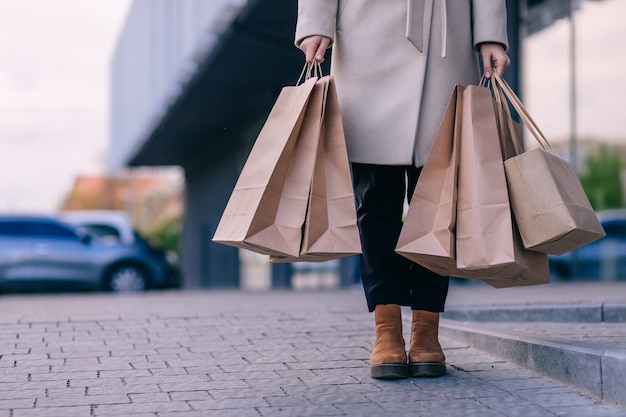 Mockup di vettore di sacchetto di carta di shopping bianco e marrone vuoto e g