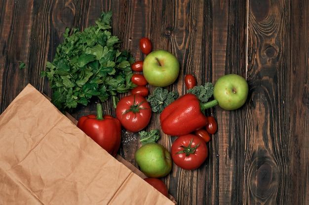 Sacchetto di carta di verdure su un tavolo di legno