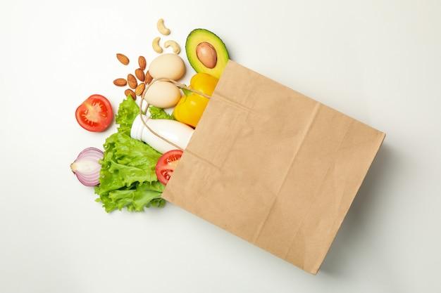 Sacco di carta con cibo diverso isolato