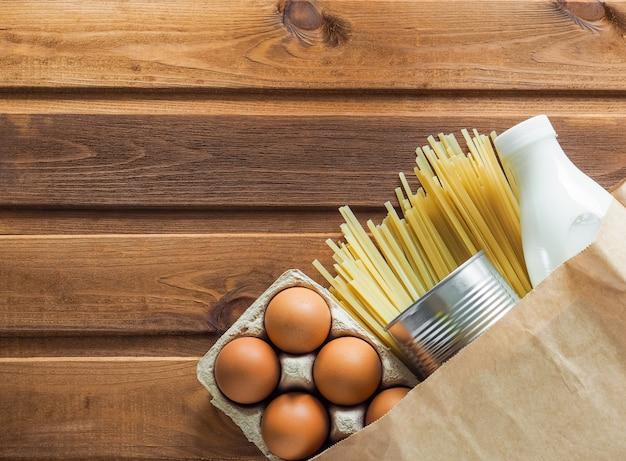 Sacco di carta con scorte di cibo per crisi durante il periodo di isolamento in quarantena
