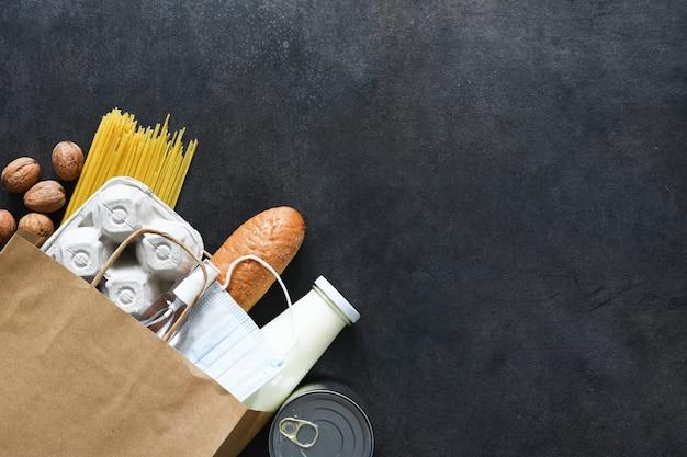 Sacchetto di carta con gli acquisti: pane, latte, uova, spaghetti, noci. consegna del cibo. pubblicità.