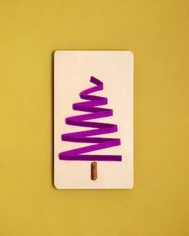 Carta vuota mock up, scatole regalo, decorazioni, isolato su bianco.