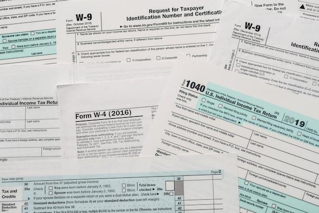 Primo piano degli spazi vuoti di carta di 1040, modulo fiscale w4 e w9