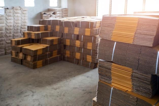 Struttura dell'imballaggio della scatola di carta nel fondo della casa del negozio dell'industria logistica